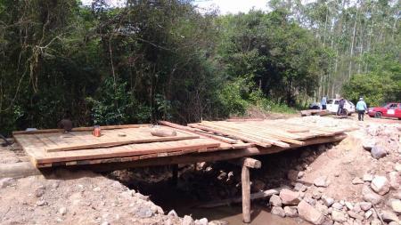 Prefeitura trabalha em ponte e rede de água no interior
