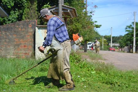 Equipes da prefeitura realizam limpeza no Loteamento do Junior
