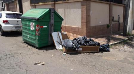 Administração orienta para o descarte correto do lixo doméstico nos contêineres