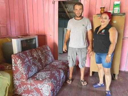 Residente no Colônia Vinte reconstrói sua casa com apoio da população